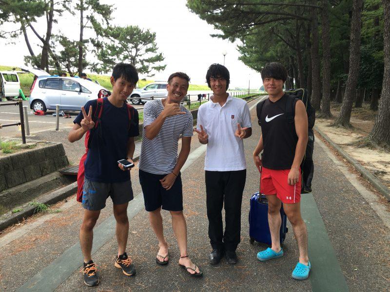 左から主将・細井君、長澤選手(VERTEX)、吉川君、米山君