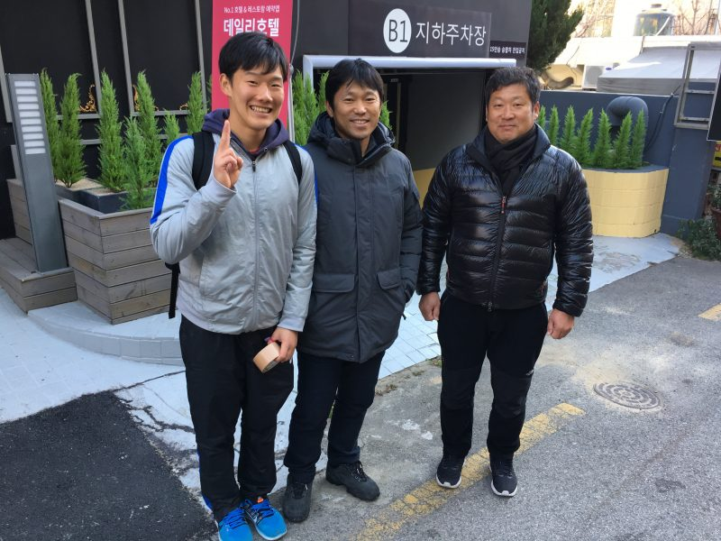 右から金海市役所の監督さん、元五輪選手のウコンさん、中村選手(大学時代に金海市役所にホッケー留学経験あり)